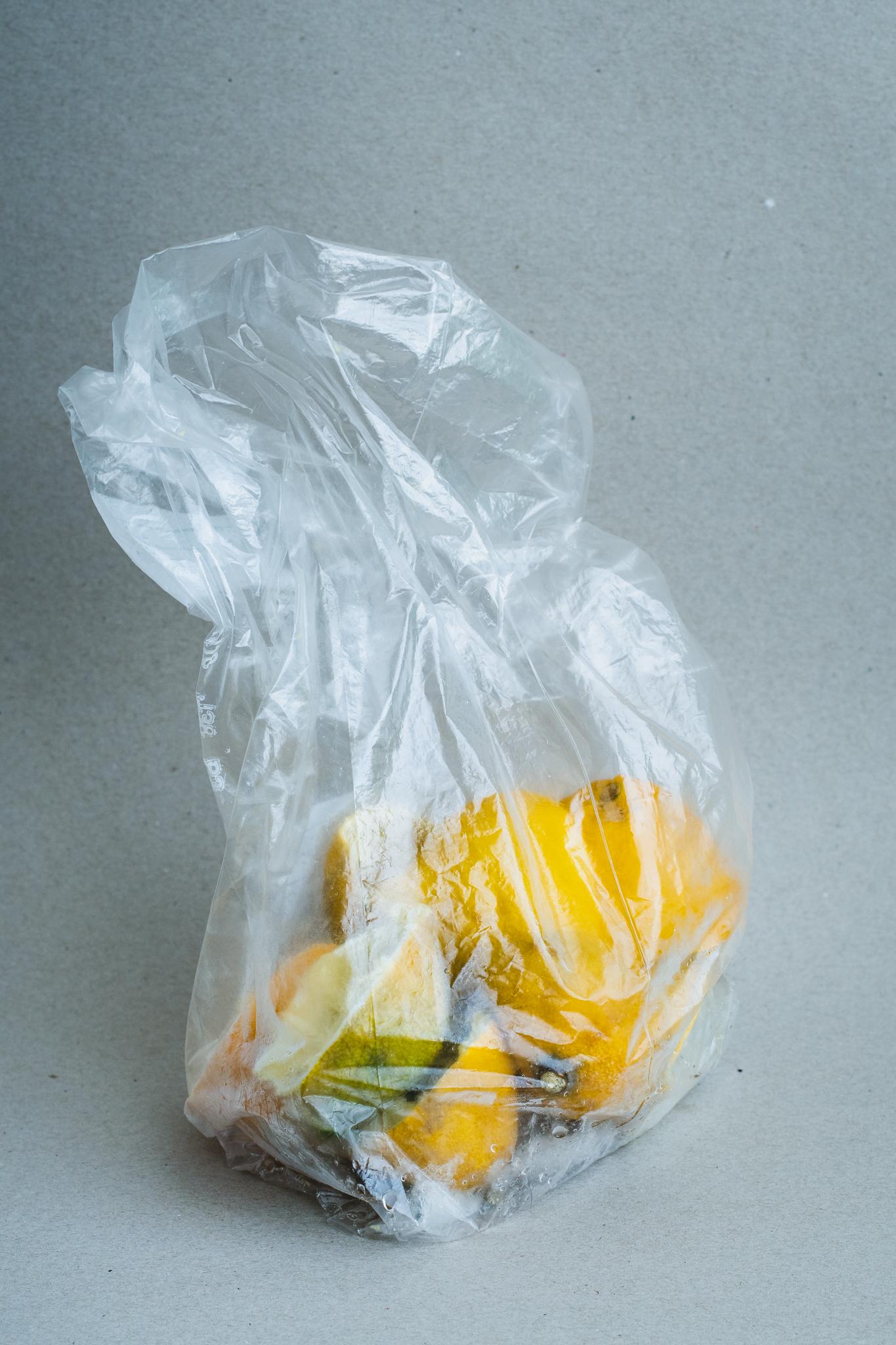 peaux de citron congelées dans un sac congélation