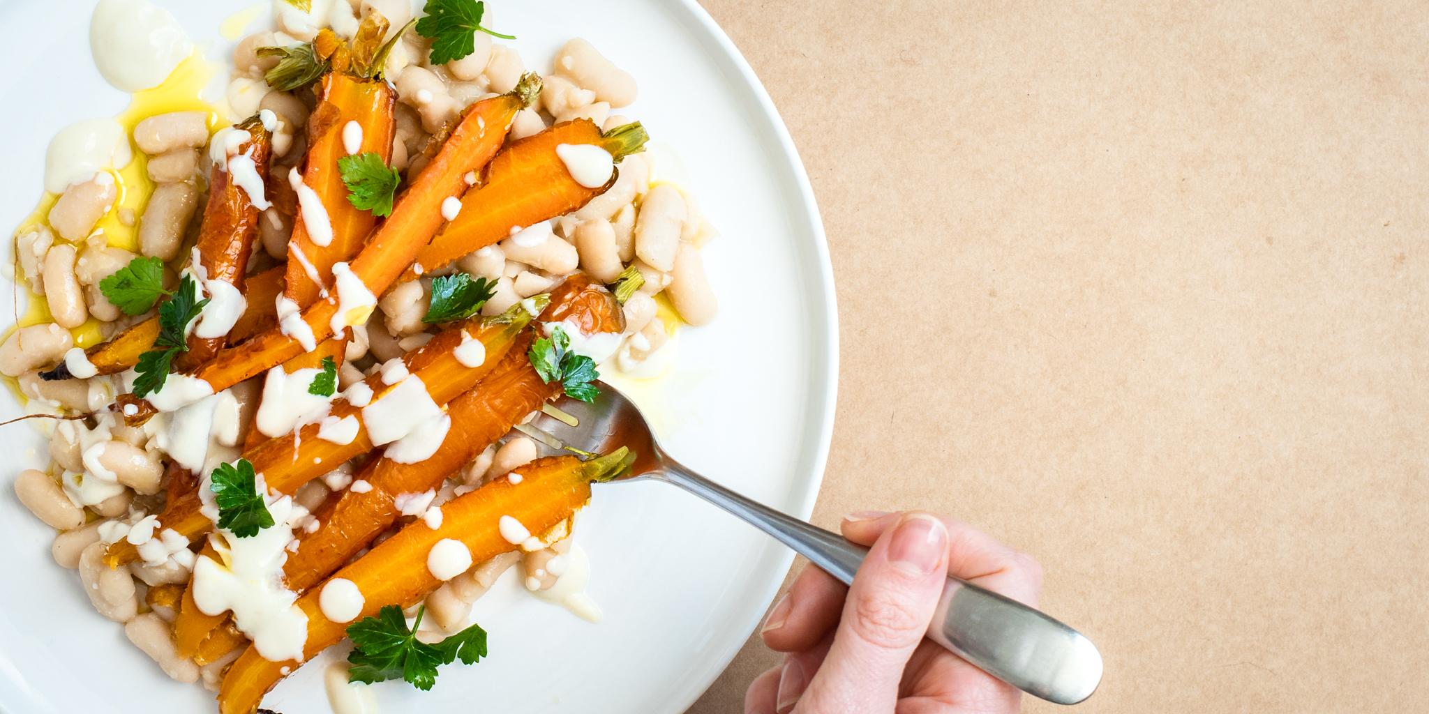 Salade tiède de haricots blancs aux carottes rôties